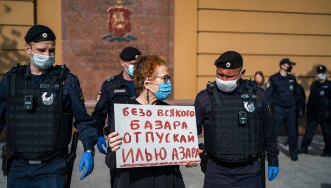 В Москве за одиночный пикет арестовали журналиста Илью Азара и ещё несколько его сторонников