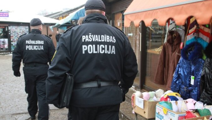 RPP amatpersonas tur aizdomās par sutenerismu; Trulis apcietināts
