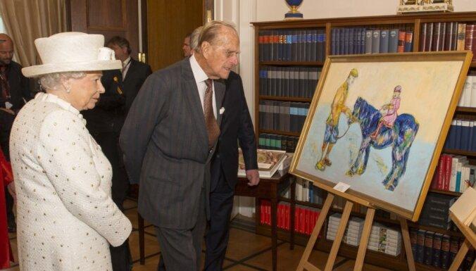 Karaliene Elizabete II izbrāķē viņai Vācijā uzdāvināto gleznu