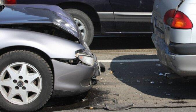 На Каменном мосту столкнулись три машины: пострадала пассажирка