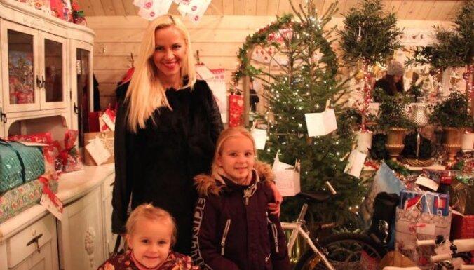 Vaira Vīķe-Freiberga maznodrošināto ģimeņu bērniem dāvina galda spēles un ziemas jakas
