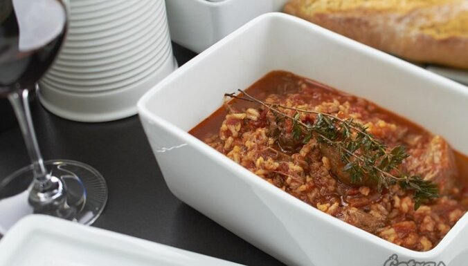 Pikantā tomātu un liellopa zupa pēcsvētku dienai