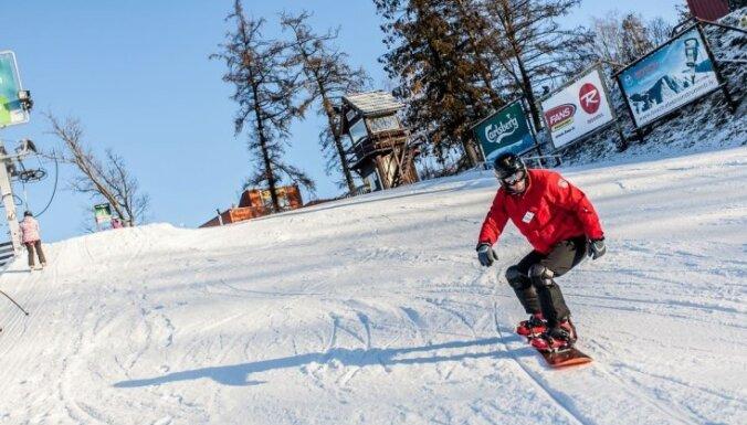 Par spīti atkusnim slēpošanas trases un kalni turpina darboties
