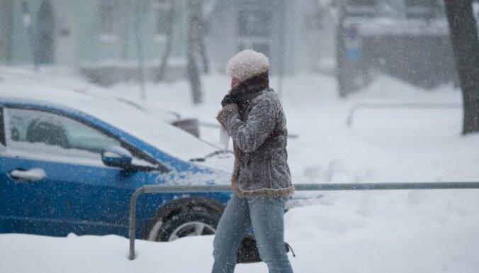 Sinoptiķi brīdina: piektdien Latvijā stipri snigs visu dienu