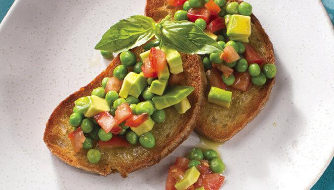 Brokastu maizītes ar avokado, tomātiem un zaļajiem zirnīšiem