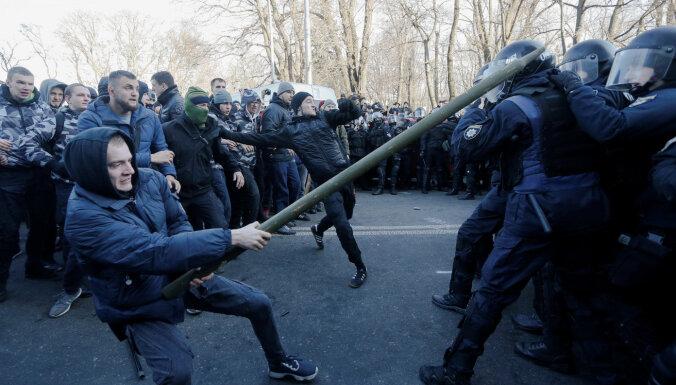 ФОТО: В Киеве участники акций протеста подрались с полицией
