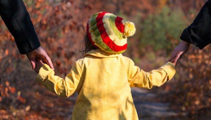 'Es tevi mīlu!' – iemesli, kādēļ bērniem iespējami bieži jāsaka šī frāze