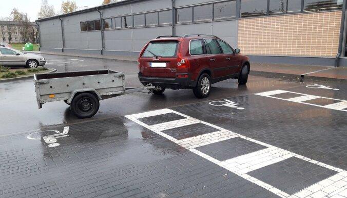 Foto: Auto ar piekabi aizšķērso invalīdu stāvvietu Preiļos