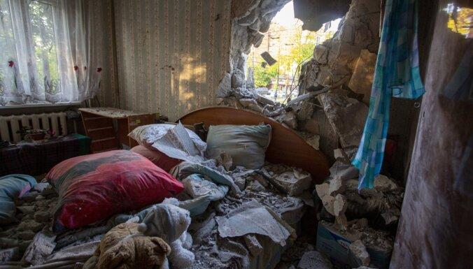 Foto: Trolejbuss Rīgā izsitis caurumu vienā no piecstāvu ēkas dzīvokļiem