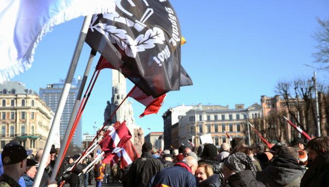 """Полиция задержала молодых людей, кричавших """"Фашизм не пройдет"""" возле памятника Свободы"""