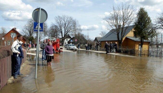 Plūdu skartās pašvaldības rēķina postījumu apmērus; cer uz valsts atbalstu