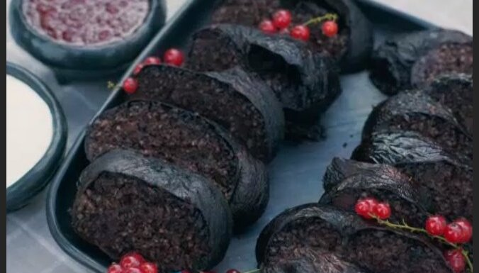 Наследие латвийской кулинарии: латгальская кровяная колбаса с брусничным вареньем