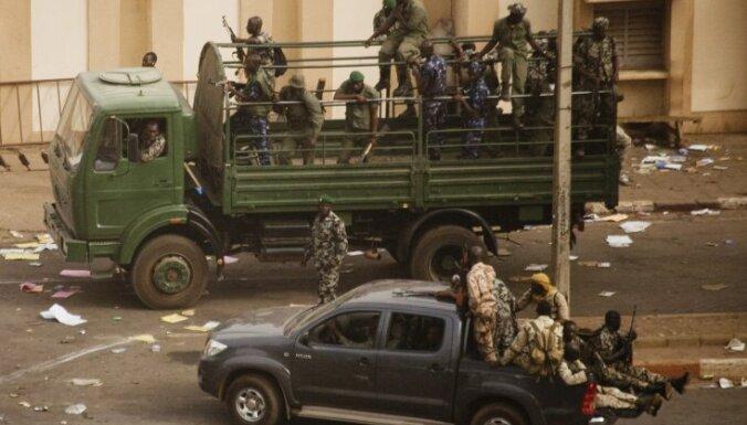 Saeima akceptē divu Latvijas karavīru nosūtīšanu uz vardarbības pārņemto Mali