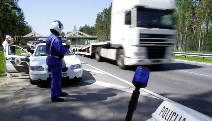 """Uz Vidzemes šosejas notiek akcijas """"Orgānu donori"""" ietvaros Valsts policijas Ceļu policijas biroja organizēts reids, kura laikā autovadītājiem, kuri pārsniedz atļauto braukšanas ātrumu par 20 km/h un vairāk, ceļu p"""