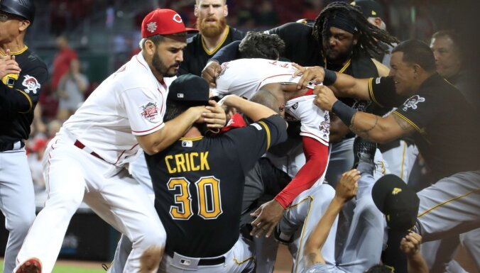 ВИДЕО: В США бейсболисты устроили массовую драку на матче чемпионата MLB