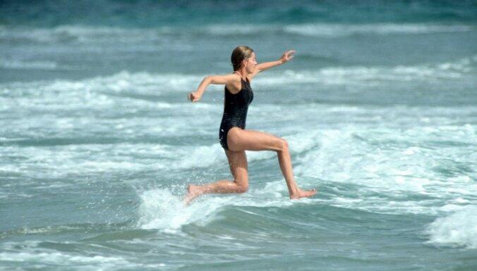 Arhīvu foto: Princese Diāna bauda pludmales priekus