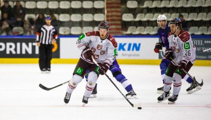 Latvijas hokejisti pārbaudes spēļu ciklu sāk ar uzvaru 'bullīšos'