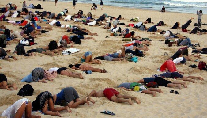 Сотни австралийцев в знак протеста зарыли свои головы в песок