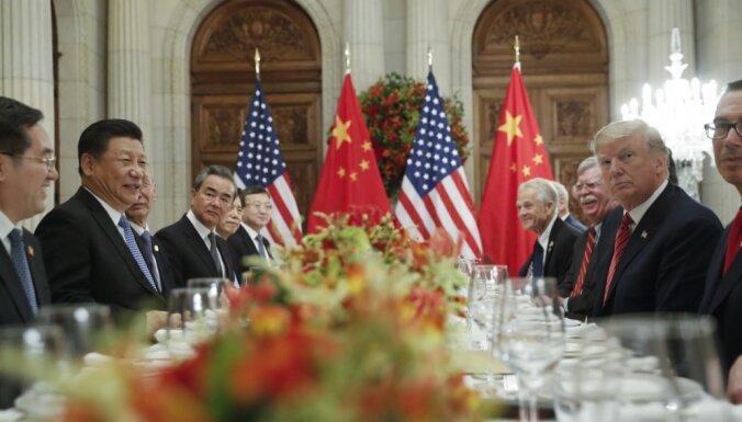 ASV uz 90 dienām aptur paredzēto muitas tarifu paaugstināšanu Ķīnas precēm