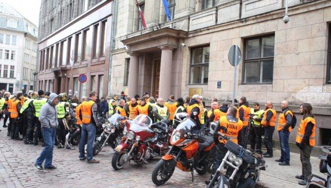 Фоторепортаж: мотоциклисты требуют привести дороги в порядок