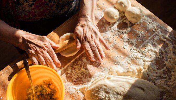 Vecmāmiņas rokas taisa bulciņas