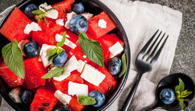 Sulīgie un sātīgie arbūza, melleņu un fetas siera salāti