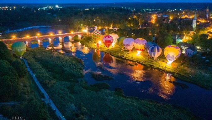 Foto: Gaisa balonu festivāls Kuldīgā priecē ar balonu spīdēšanu un lidojumiem virs pilsētas