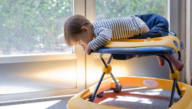 Staigulītis palīdz spert pirmos soļus un citi izplatīti mīti par mazuļu aprūpi