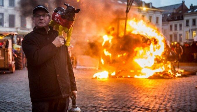 Европейские крестьяне залили молоком здание ЕП и полицию