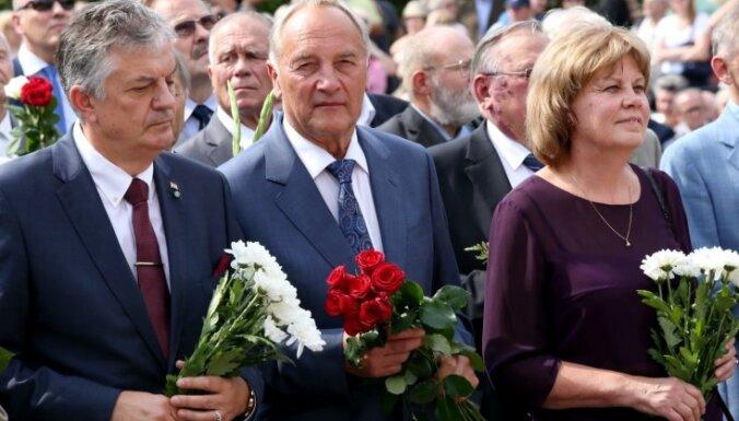 Foto: Vējonis, Mūrniece un citi piemin Latvijas neatkarības atjaunošanas 25. gadadienu