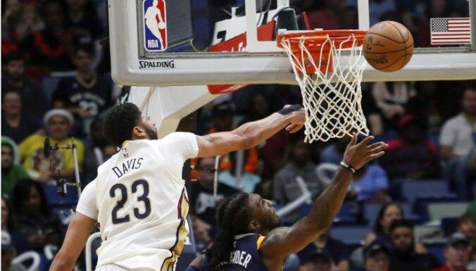 Deiviss NBA spēlē bloķē 10 metienus un izceļas ar 'triple-double'