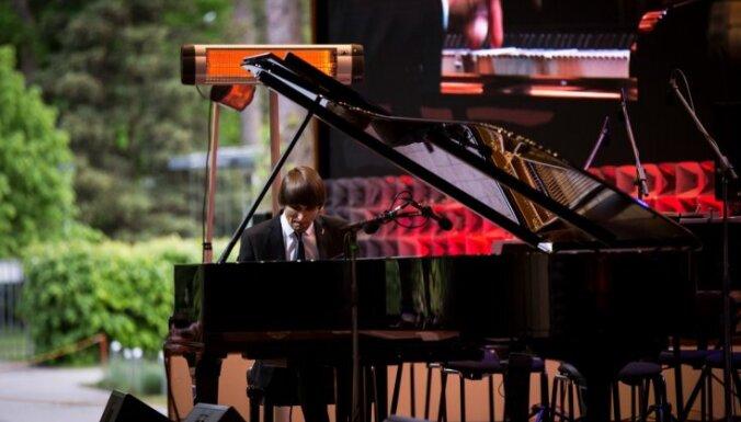 Foto: Ar krāšņu koncertu un jaunu koncertflīģeli atklāta Dzintaru koncertzāles vasaras sezona
