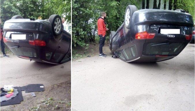 Foto: Uzbraucot uz apmales, Vaidavas ielā apgāžas auto