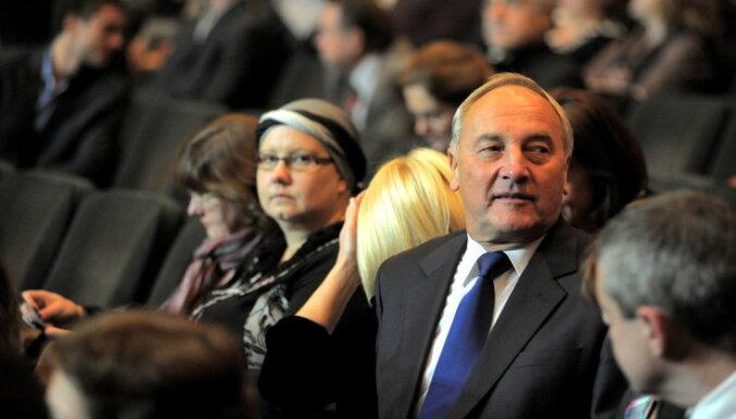 Foto: Liepiņš, Zālīte un prezidents vēro atjaunoto rokoperu 'Lāčplēsis'