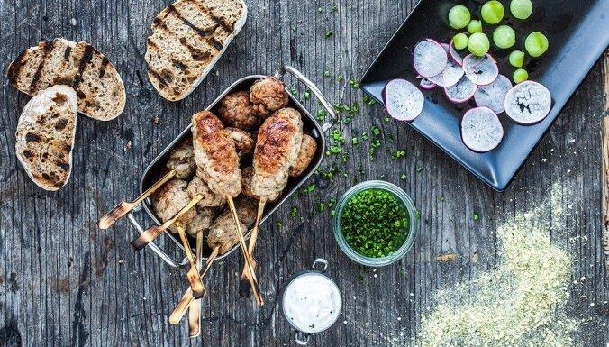 Vistas gaļas kebabi vai bumbiņas ar ķiploku un garšaugu mērci