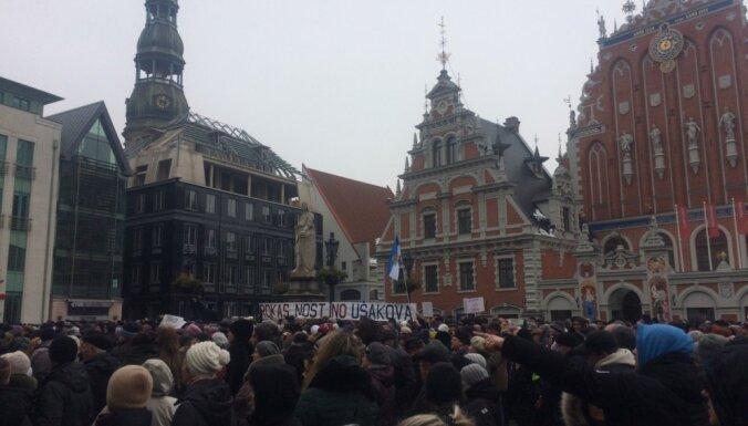 'Lieciet mierā Rīgas domi!' - 'Saskaņa' Rātslaukumā sapulcina ap tūkstoti cilvēku