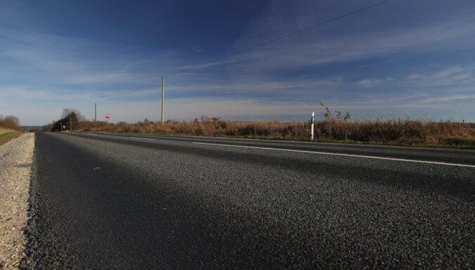 Ventspils novadā auto uzbrauc uz ceļa guļošai sievietei
