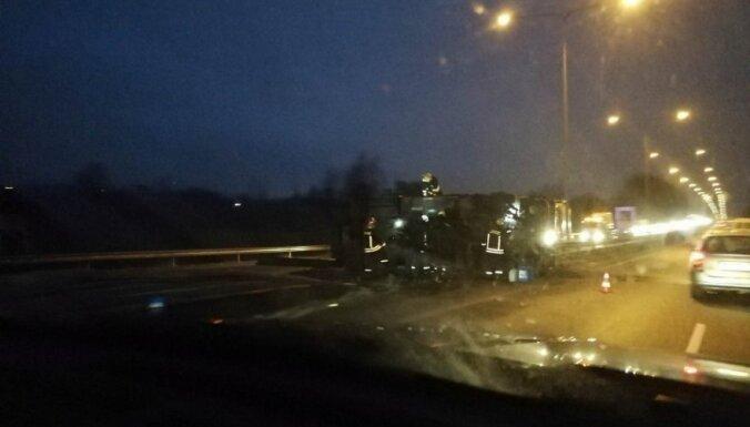 Литва: на трассе Вильнюс-Каунас перевернулся тягач из Латвии