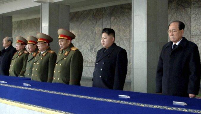 Ziemeļkorejas bijušajam un tagadējam vadītājam piešķirti jauni tituli