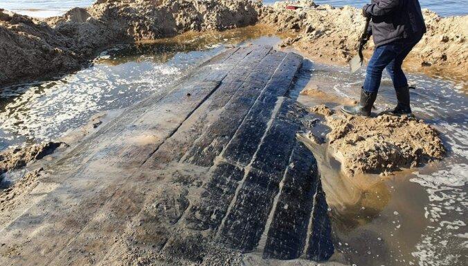 ФОТО: На пляже в Болдерае волны размыли старинный парусник