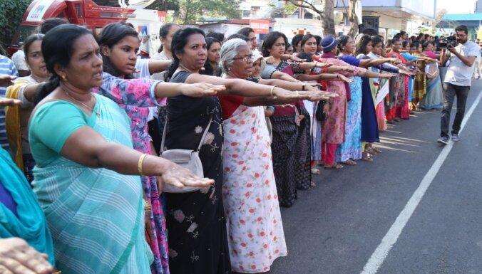 Cīnoties par vienlīdzību, sievietes Indijā izveido 620 kilometrus garu dzīvo ķēdi
