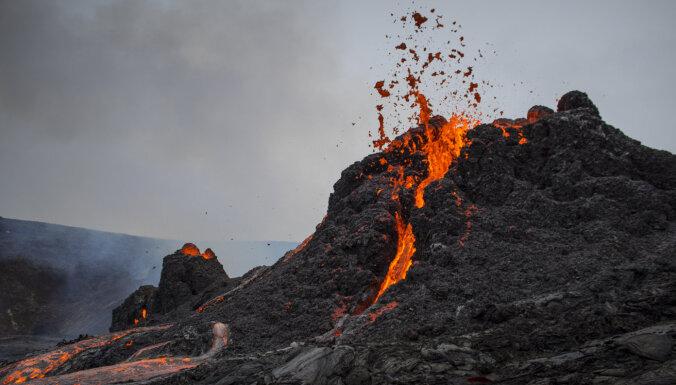 ФОТО, ВИДЕО: Фотограф пожертвовал дроном ради кадров в жерле вулкана