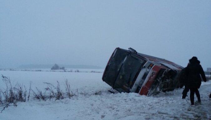 В Рижском регионе — 100 аварий; на Вентспилсском шоссе перевернулся автобус