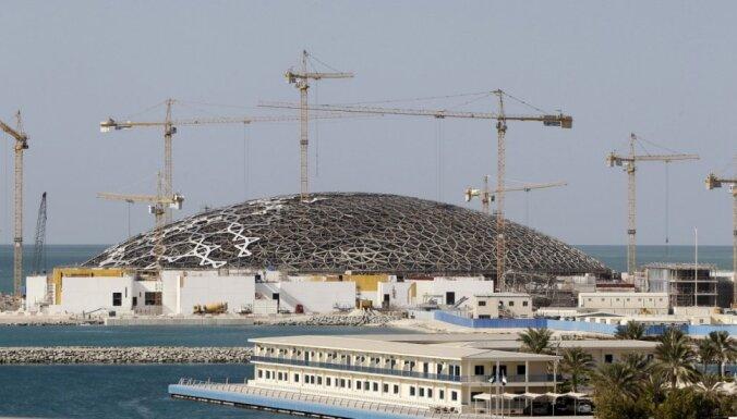 Foto: Arābi tuksnesī būvē iespaidīgu Luvras filiāli