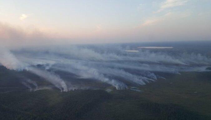 Visu trīs ugunsgrēku dzēšana purvos turpinās; situācija bez izmaiņām