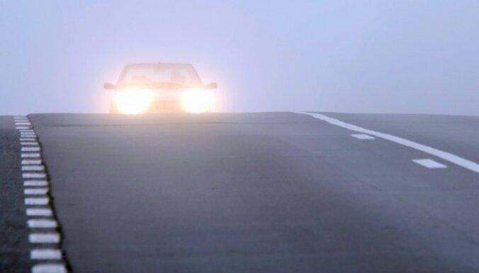 Apledojums un migla apgrūtina braukšanu visā Latvijā