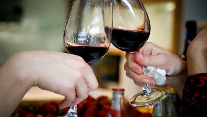 Amatpersona: 50% vīna un 70% konjaka Krievijā ir viltojums
