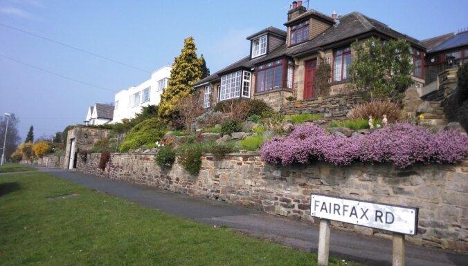 Foto: Ziedoši un krāšņi dārzi Lielbritānijas mazpilsētā Binglijā