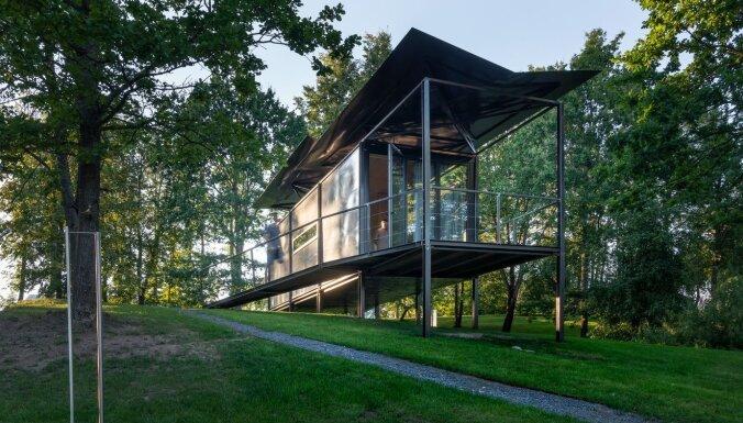 Foto: Lietuvā tapis stilīgs meža namiņš