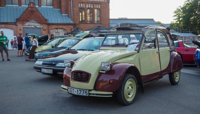 Foto: Āgenskalna tirgū pulcējušies klasiskie franču auto